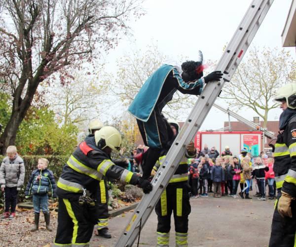Brandweer redt Zwarte Pieten