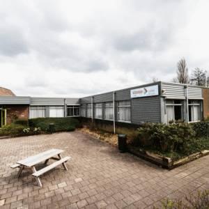Tijdelijke woon- of werkruimte in een voormalige school in Ferwert