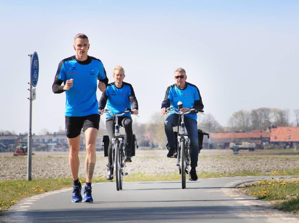 Eelco Bijlstra wordt onderweg van Leeuwarden naar Ferwert gesteund door heit en mem die hem volgen op de e-bike. Samen zetten zij zich met nog veel meer mensen er voor in om geld in te zamelen voor de Hartstichting.