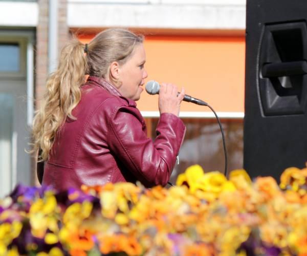 Anuschka zingt bij Foswert voor eigen publiek