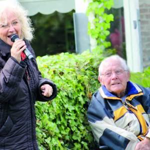 Griet Wiersma sjongt foar bewenners en personiel Foswert