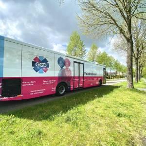 GGD Fryslân in Hallum met vaccinatiebus om 65-plusserste vaccineren