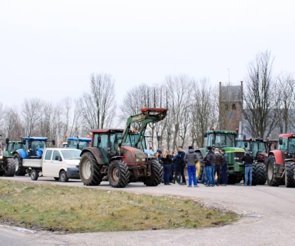 Boeren verzamelen zich bij Westernijtsjerk
